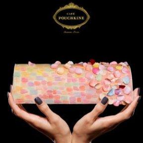 Café Pouchkine - Le chef du café a travaillé une bûche aux couleurs pastels et aux pétales gourmands en hommage aux créations impressionnistes du musée d'Orsay . Cette peinture à croquer dévoile des saveurs de poire pochée, de caramel au beurre salé et de vanille. 140€ / 8 personnes