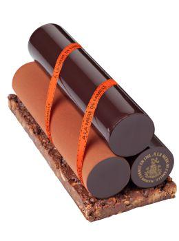 La Mère de Famille - Déposés sur un lit croustillant à base de streusel, d'amandes croquantes, de gianduja et de chocolat noir, ces rondins au chocolat sont glaçants de plaisir ! 45€ 6/8 parts