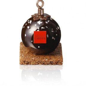 Arnaud Larher - cette boule de Noël révèle une crème au chocolat noir infusée au thym combinée à un biscuit moelleux au chocolat et surmontée d'une crème chantilly au chocolat noir agrémentée de perles croquantes au chocolat. 6,50€/format individuelle