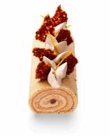 Gâteaux Thoumieux - Une bûche roulée aux subtils parfums de marrons et d'orange, tout en finesse, composée d'abord d'un biscuit amande, de zestes d'orange et imbibée de sirop au rhum, puis d'une onctueuse mousse de marrons et de brisures de marrons confits. Décorée de chantilly mascarpone vanillée, de délicieux petits morceaux de marrons confits et d'éclats de nougatine. 40€/6pers