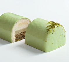 La Pâtisserie des rêves - La bûche pistache pure parfumée au citron associe un croustillant à la pistache à la fleur de sel, un biscuit fondant et épais à la pistache, une crème de pistache et une mousseline infusée de quelques zestes de citron.