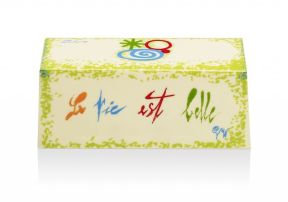 Pierre Hermé - La vie est belle. Pâte à sablé breton, mousse au chocolat blanc et aux zestes de citron vert, biscuit au citron vert imbibé de purée de fruit de la Passion, compote de rhubarbe, compote de fraises crues et cuites. 85€