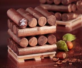 Le prince de Galles - Le Chef Pâtissier du Prince de Galles, Yann Couvreur, a imaginé une bûche en hommage à la nature et au design brut. La bûche du Prince de Galles réserve une mousse onctueuse de chocolat au lait, un biscuit croquant et un coeur fondant en nectar de Cazette (une poudre de noisettes torréfiés). 90€/ 6-8 pers.