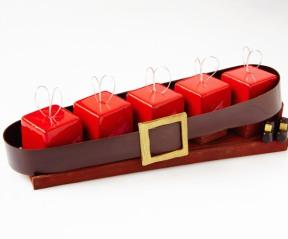 Buche composée de 5 cadeaux d'un biscuit sans farine et de sa sauce caramel légère ponctuée de brisures de noisettes et soutenus par une mousse au chocolat à l'ancienne. 70€