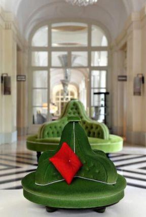 Trianon Palace - biscuit roulé au chocolat pour recréer le confort et l'élégance de cette causeuse. Fourré de mousse au chocolat, crème à la vanille etcompote de poire, le tout est délicatement posé sur une tablette de chocolat praliné-nougatine...120€/6-8pers