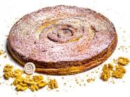 Le Prince de Galles - Yann Couvreur, s'est inspiré du kouign-aman pour réaliser sa galette des rois. Exit la pâte feuilletée, le chef a opté pour une pâte à pain tourée au sucre et caramélisée qui renferme une crème frangipane aux noix. On met le cap sur cette gourmandise ! 40€/8pers.