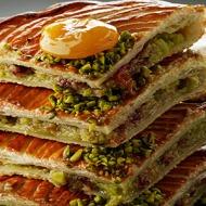Thierry Mulhaupt - Galette Roussillon Composition : Pâte feuilletée au beurre fin, frangipane à la pistache parsemée de groseilles et compotée. 20€/4pers.