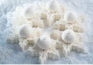 Ladurée : Flocon de neige - Dacquoise coco garnie d'un crémeux mangue passion, d'une brunoise d'ananas vanillée et d'une mousse coco. 6 pers. 65€